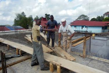 Der AKO Bauleiter Adolf Rudolf mit seinen Helfern