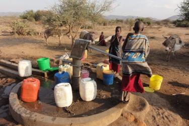 11-Die-vorhandene-Handpumpe-kann-den-Mindestwasserbedarf-der-in-diesem-Gebiet-ansaessigen-Massaifamilien-nicht-decken