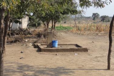90 Projektziel sind Zapfstellen wie diese in den naeheren Siedlungen zu bauen und zu versorgen