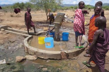 Viele Kinder muessen muehselig pumpen und Ihren Beitrag fuer Wasser fuer Ihre oft weit entfernten Familien leisten.