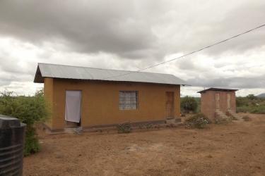 Kindergarten Ngulu Lehrerhaus und Toilette