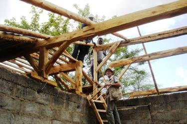 August Jaeger lehrt die Dachkonstruktion fuer das dormitory-k