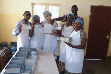 Brot backen mit den Tumaini Frauen der Gemeinde Kingori