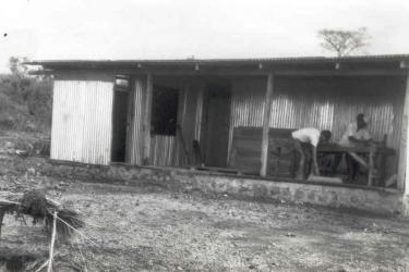 Erstes Schulgebaeude August 1974-K