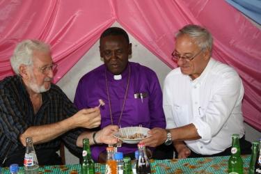 Hartmut Schanz und Werner Schmid mit Bischof Akyoo