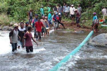 Rohrverlegung durch Fluß