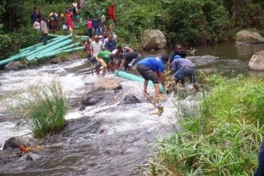 Transport Rohre durch Fluß 2