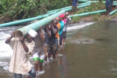 Transport der Rohre durch den Fluß