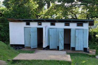 Die 2015 renovierten Latrinen des Gemeindehauses
