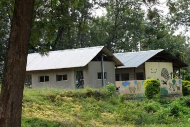 Die-neuen-Lehrer-und-Kinderlatrinen-für-die-beiden-Primary-Schools.-Erbaut-2009-und-2011